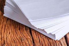 pile-de-feuille-de-livre-blanc-de-la-taille-52814782